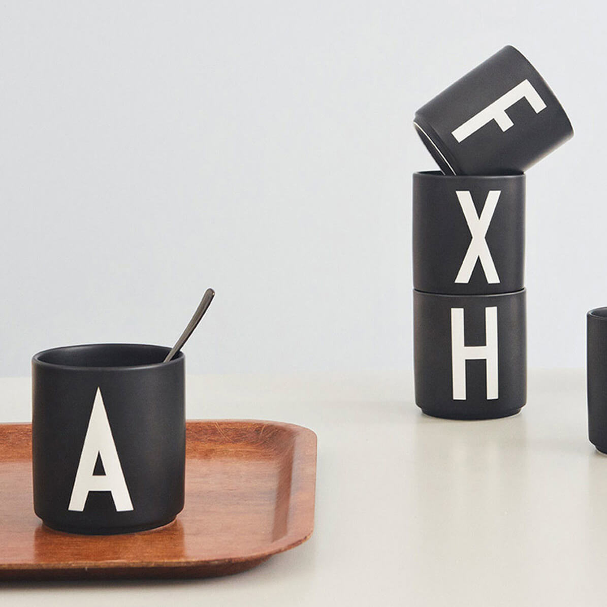 design letters porzellan becher a schwarz ca 8 x h 9 cm. Black Bedroom Furniture Sets. Home Design Ideas
