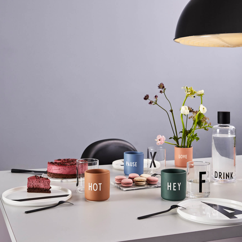 design letters porzellan becher hey gr n ca 8 x h 9 cm. Black Bedroom Furniture Sets. Home Design Ideas