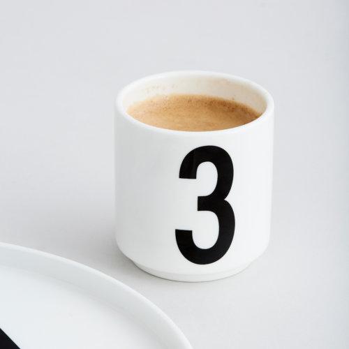 Design Letters Espressotasse in Weiß mit schwarzer Zahl 3