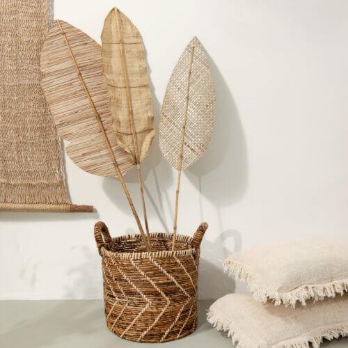 YAYA 3er-Set Bambus Blätter Das YAYA 3er-Set Bambus Blätter misst ca. von Länge 115 bis 125 cm und einer Breite von 20-30 cm und ist die Wand-Dekoration im Jahr 2020. Wir lieben den Bohemien Style mit seiner Lässigkeit, Natürlichkeit und dem Hang andere Länder und Lebensarten kennenzulernen. Die Wanddekoration verleiht deiner Wand einen außergewöhnlichen natürlichen Look und versprüht bei einem leichten Lüftchen fast echtes Südseefeeling. Wenn wenn es sich auf der Terrasse wie im Urlaub anfühlt und doch dein eigenes Zuhause ist, dann ist esGartenzeit…Zeit den absoluten Lieblingsplatz an warmen Tagen in vollen Zügen zu genießen!Wundervolle Inspirationendie euch garantiert zum Nachmachen anregen, findet ihr hierzu auf dem tollen BlogBiancas Wohnlust. (letzten beiden Bilder) Wichtige Informationen/Technische Details: Marke / Hersteller: YAYA Material: Bambus / Farbe:Natur -> Naturtöne können variieren und nicht jedes Produkt sieht gleich oder wie auf der Abbildung fotografiert aus. Maße: ca. von Länge 115 bis 125 cm x Breite von 20-30 cm (Accessoires auf dem Bild sind nicht im Preis enthalten)